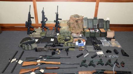 Откритите оръжия в дома на арестувания лейтенант.