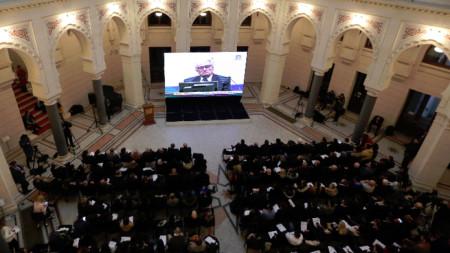 Хора, събрали се, за да гледат репортаж от съда на ООН за произнасянето на присъдата срещу Радован Караджич.