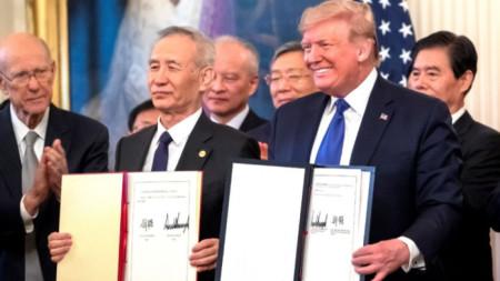 Лю Хъ и Доналд Тръмп подписаха