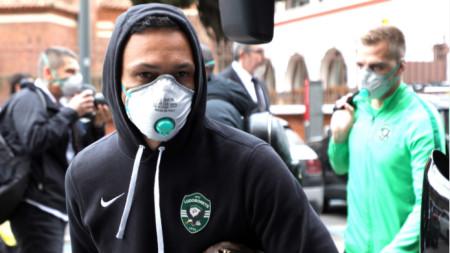 Марселиньо и Пламен Илиев влизат с маски в хотела в Милано.