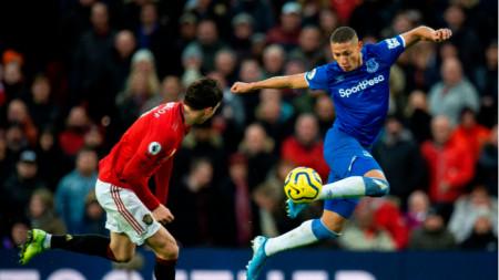 Ричарлисон от Евертън преминава покрай защитника на Манчестър Юнайтед Линдельоф.