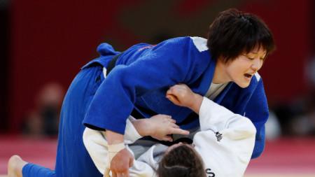 Чидзуру Арай (отгоре) спечели златото при 70-килограмовите.