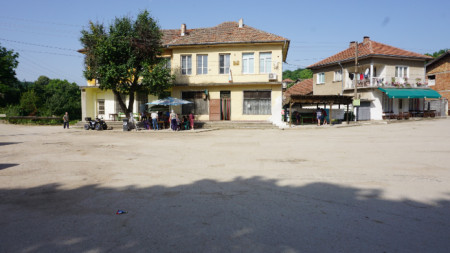 село Делейна, площадът