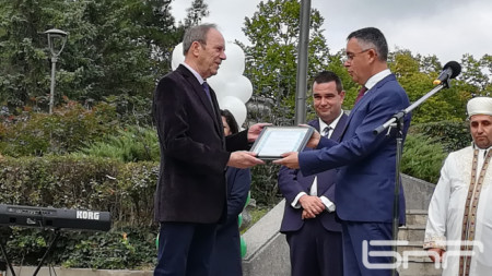 Кметът на Кърджали Хасан Азис връчва почетния знак на Вълчо Милчев