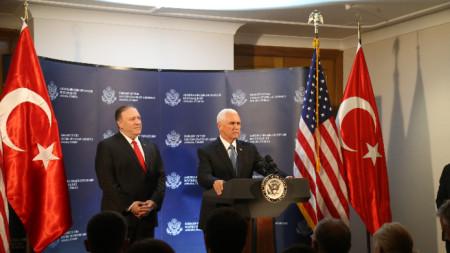 Държавният секретар на САЩ Майк Помпейо (вляво) и вицепрезидентът Майк Пенс по време на пресконференцията в Анкара