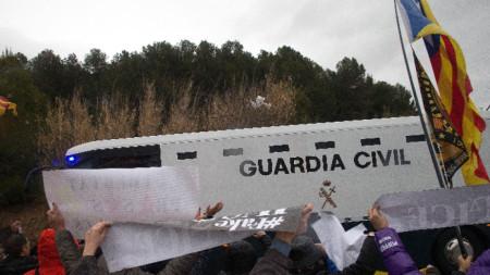 Протест на привърженици на независимостта на Каталуня срещу отвеждането на бившите им лидери в Мадрид.