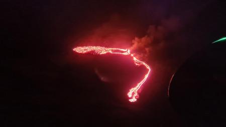 Снимка на изригването, направена от хеликоптер на бреговата охрана на Исландия.