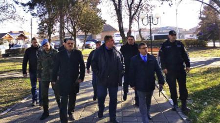 Каракачанов посети махалата заедно с кметовете на селото и на община Марица с шефа на ОД на МВР