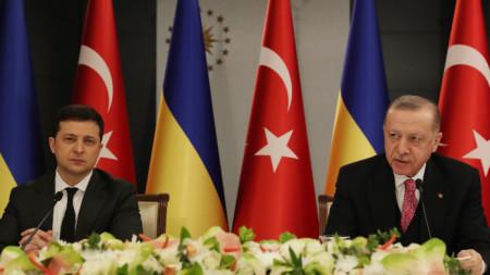 Турският президент Ердоган и украинският му колега Зеленски присъстват на съвместната пресконференция в Истанбул, 10 април 2021 г.