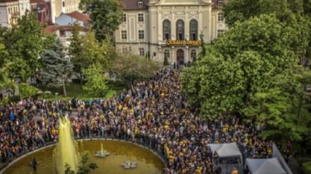 Феновете на Ботев пред сградата на община Пловдив