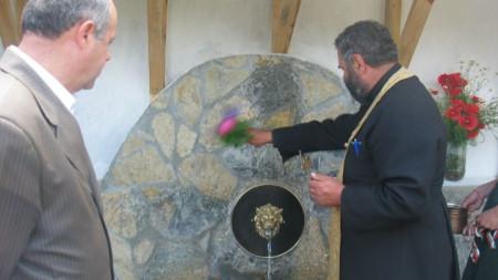 Лятото чешмите с минерална вода в Невестинско пресъхват или намаляват заради сушата. Два месеца в района не е валяло.