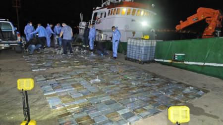 На кораба с екипаж от България и Мианма са 973 пакета с кокаин.