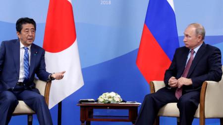 Японският премиер Шиндзо Абе и президентът на Русия Владимир Путин разговаряха по време на икономическия форум във Владивосток