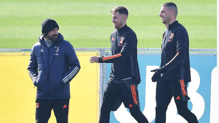 Пирло (вляво) по време на тренировката на Ювентус в Порто.