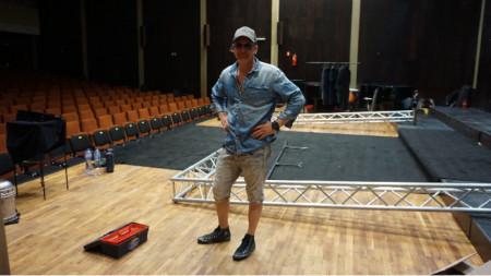Преди постановката- Деян Донков в ролята на сценичен работник по техническата поддръжка