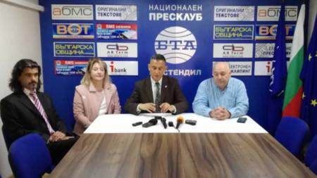 Стефан Тафров (втори от дясно наляво) даде пресконференция днес в Кюстендил.
