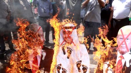 Палестинци горят фигурите на израелския премиер Нетаняху, на емира на Абу Даби Халифа бин Зайед ал-Нахаян и на президента на САЩ Доналд Тръмп в Наблус, Западния бряг