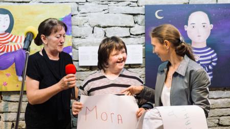 Мария Недялкова (вляво) по време на изложбата на Надежда Георгиева по текстове на Яна Тавание