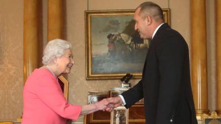 Президентът Румен Радев се ръкува с кралица Елизабет II