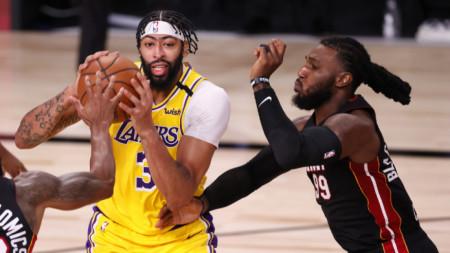 Антъни Дейвис (с топката) наниза 34 точки за Лос Анджелис Лейкърс.