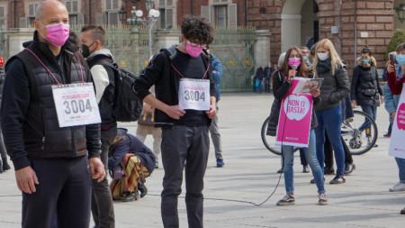 """На протест срещу проекта за План за възстановяване - под мотото """"Възстановяването не ни покрива"""" участниците издигат лозунг """"Не е достатъчно"""", Торино , 18 април 2021 г."""