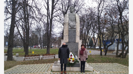 Цветя пред паметника на Васил Левски в Монтана