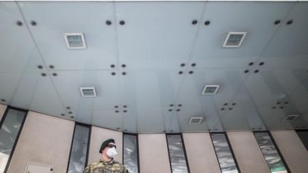 Австрийски войник с маска пред сградата на ОПЕК във Виена.