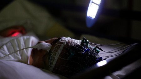 Стимулация на мозъка на пациент в кома.