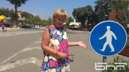 Анастасия Страволемова показва знака, че централната улица на Поморие е пешеходна зона