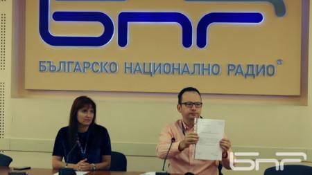 """Николай Кръстев показва на пресконференция в сградата на БНР подадената от него оставка като и.д. директор на програма """"Хоризонт""""."""