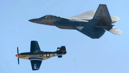 """Изтребител Ф-22 и самолет """"Мустанг"""" П-51Д като разбилия се в полет на авиошоу в САЩ през 2012 г."""