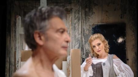 Ириней Константинов и Лилия Маравиля в сцена от спектакъла