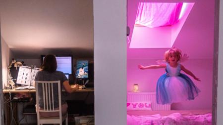 Работата от вкъщи често е предизвикателство - майка и дъщеря с различни занимания, Москва, 2020 г.