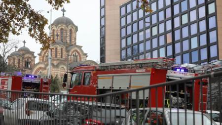 Пожарни автомобили се насочват към мястото на експлозията.