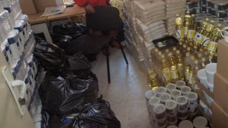 Обвинените сключили договори за доставка на бяло брашно и слънчогледово олио в рамките на програма за раздаване на храни на хора в затруднено положение, но доставили за нуждаещите се само 30% от количеството.
