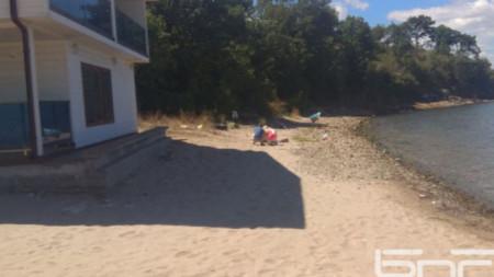 Плажът и сградата, която му пречи да е плаж