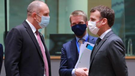 Румен Радев и Еманюел Макрон разговарят в рамките на Европейския съвет в Брюксел.