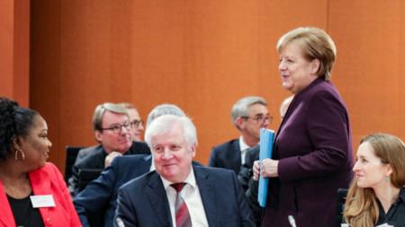 Германският вътрешен министър Хорст Зеехофер (седнал) отказа да се ръкува с канцлера Ангела Меркел заради епидемията от коронавирус