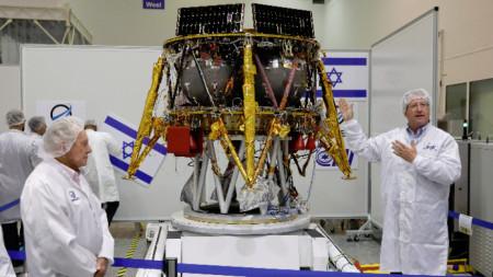 """Екипът на частната израелска компания """"Спейс Ай Ел"""" представя част от оборудването."""