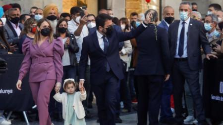 Новият премиер на Каталуния Пере Арагонес с жена си и дъщеря си по време на церемонията по встъпване в длъжност - Барселона, 24 май 2021