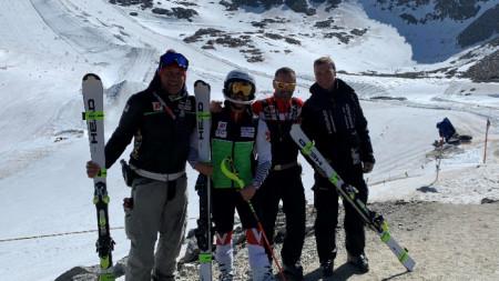 Снимка на екипа на българина на фона на глетчера.