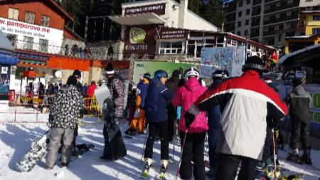 Сноубордисти, скиори и много студенти откриха сезона в Пампорово