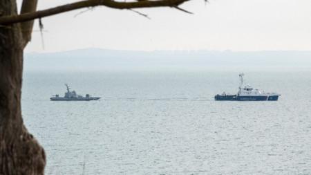 Кораб на руската брегова охрана влачи на буксир един от трите украински военни кораба, преди връщането им на Киев.