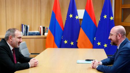 Точно преди месец арменският премиер Никол Пашинян (вляво) разговаря в Брюксел с председателя на Евросъвета Шарл Мишел.