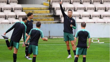 Роналдо дава наставления на последната тренировка на Португалия снощи.
