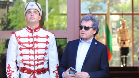 Toshko Yordanov (d.) frente a la sede de la Presidencia de la Nación.