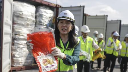 Министърът на околната среда на Малайзия Ео Би Ин показва пластмасови отпадъци, които ще бъдат върнати в страни, от които са внесени.