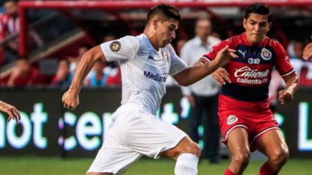 Джовани Симеоне (в бял екип) изравни за Фиорентинае срещу Чивас.