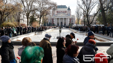 Почитателите на Стефан Данаилов чакаха с часове, за да се сбогуват с иконата на българското кино и театър