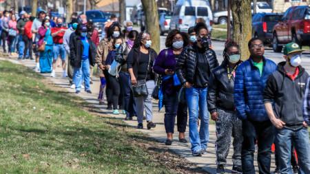 Хиляди избиратели в щатa Уисконсин, пренебрегнаха здравните препоръки за коронавируса и чакаха с часове да гласуват на първични избори.